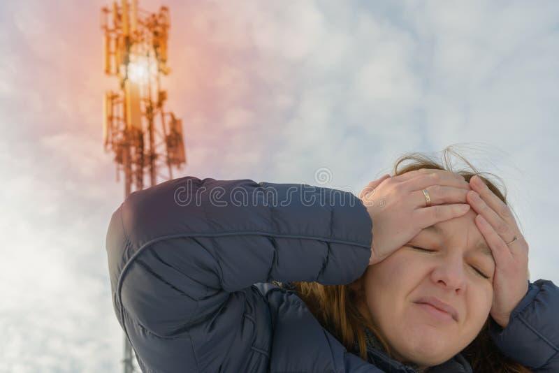 La femme tient sa tête près du BTS photographie stock libre de droits