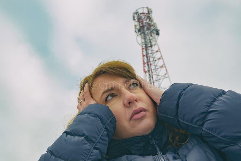 La femme tient sa tête près du BTS photos stock