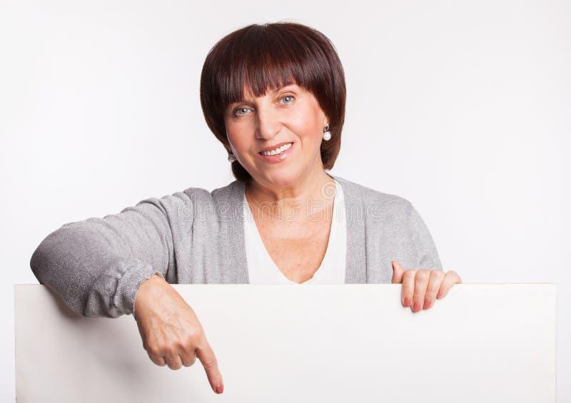 La femme tient une plaquette image stock