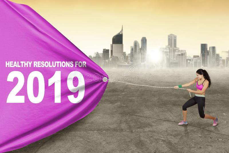La femme tire le texte des résolutions saines pour 2019 photos libres de droits