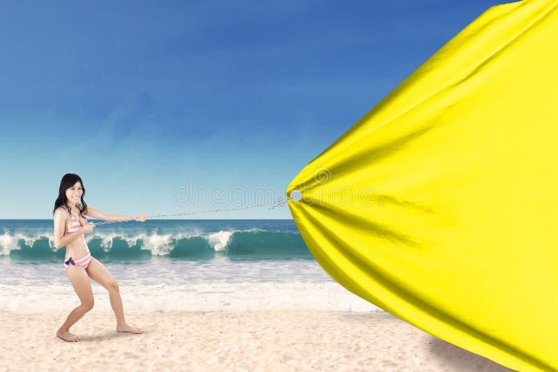 La femme traîne la bannière vide à la côte photos libres de droits