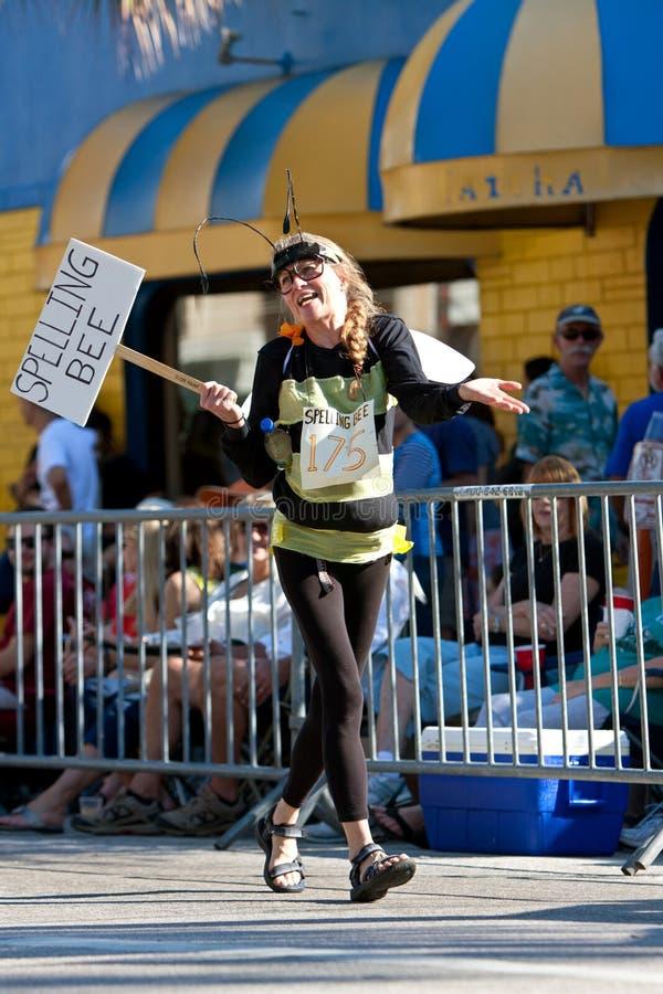 La femme utilise le costume de concours d'orthographe dans le défilé de contrefiche de la mangue de Miami photos libres de droits