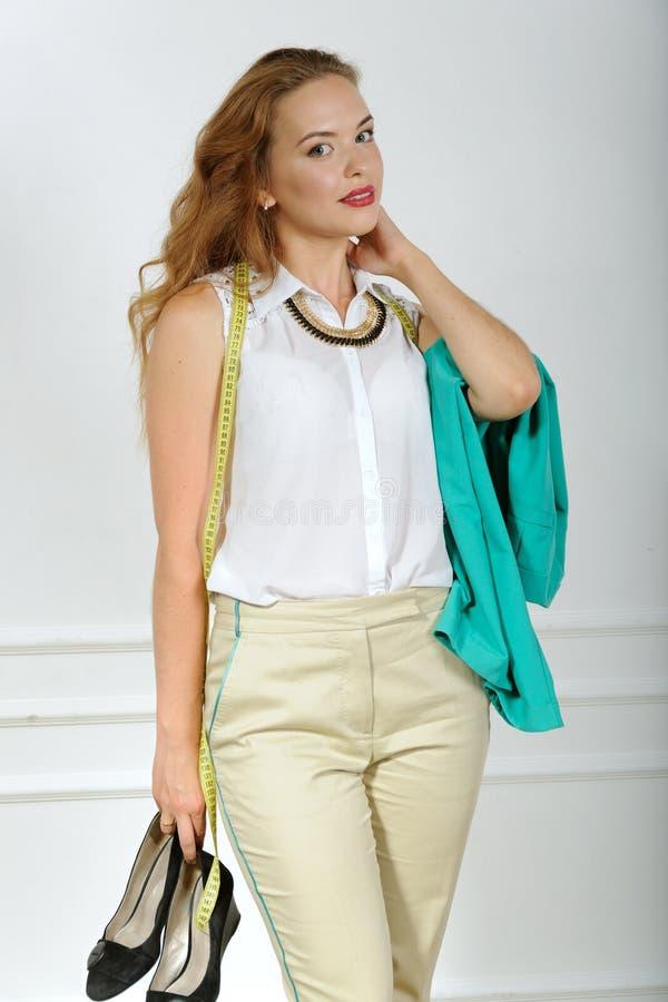 Download La Femme Va Essayer De Choisir Des Vêtements Photo stock - Image du tailleur, bande: 56475750
