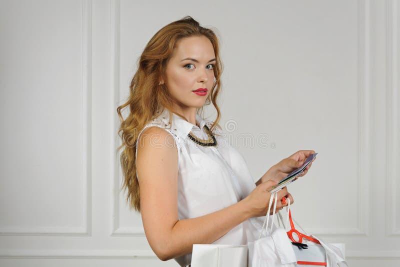 Download La Femme Va Payer Avec Les Cartes En Plastique Image stock - Image du plastique, fixation: 56475811