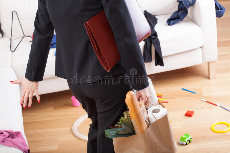 La femme venant à la maison et voient le désordre image stock