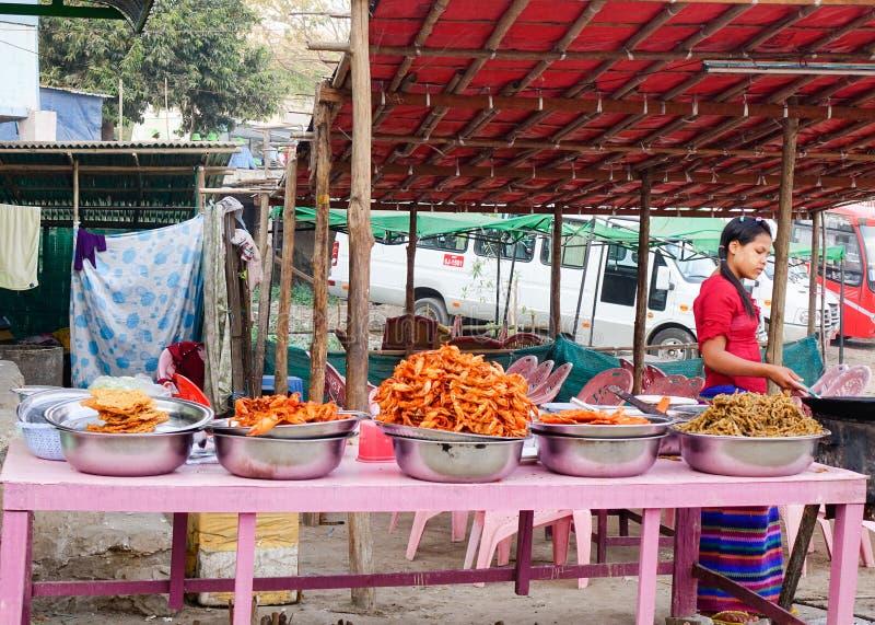 La femme vend des nourritures de rue à Mandalay, Myanmar photographie stock
