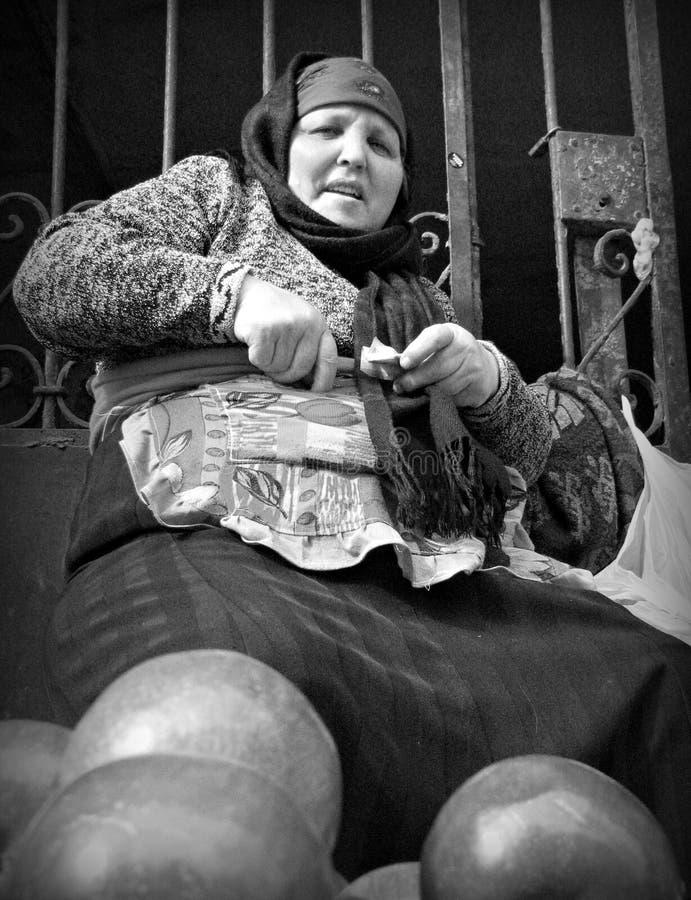 La femme vend des pommes à Bakou, Azerbaïdjan photo libre de droits