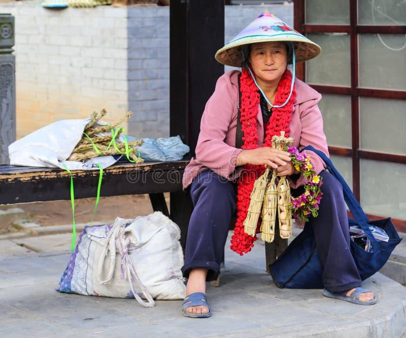 La femme vendant des oeufs en parc chaud de mer, tengchong, Yunnan, porcelaine photographie stock libre de droits