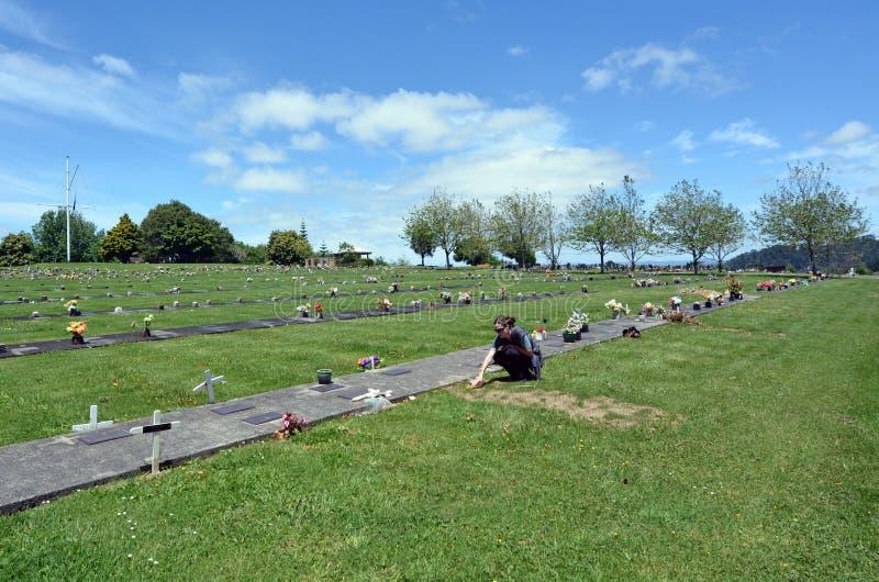 La femme visitent sa tombe première génération photos libres de droits
