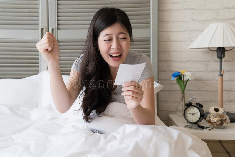 La femmina è così emozionante mentre ha notato il risultato fotografia stock libera da diritti
