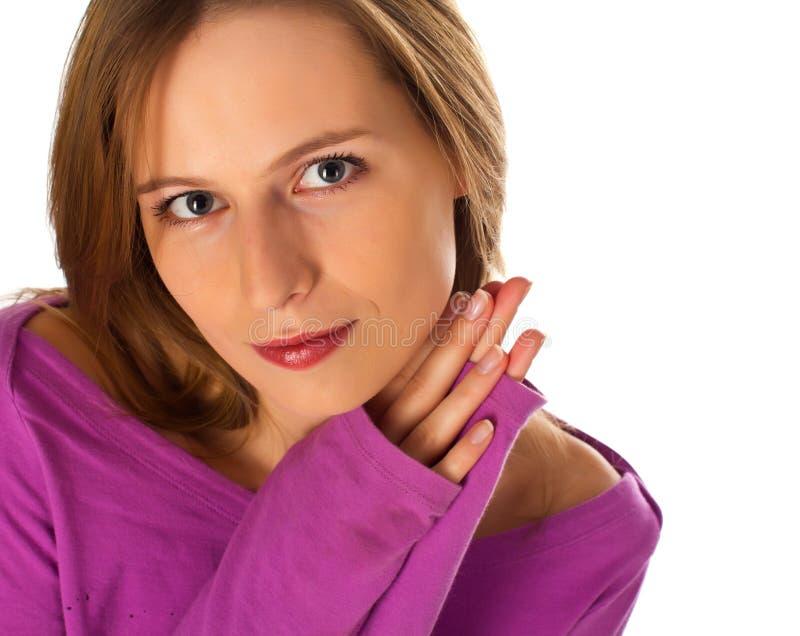 La femmina abbastanza giovane che chiede con le mani ha piegato immagine stock