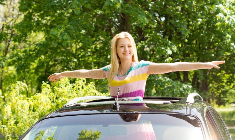 La femmina che spande le sue mani gradisce un uccello fotografia stock