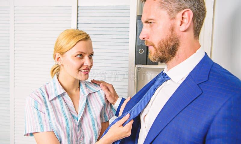 La femmina prende l'iniziativa sessuale Ufficio e comportamento sessuale La donna provoca o prende in giro il tipo La ragazza sed fotografia stock libera da diritti
