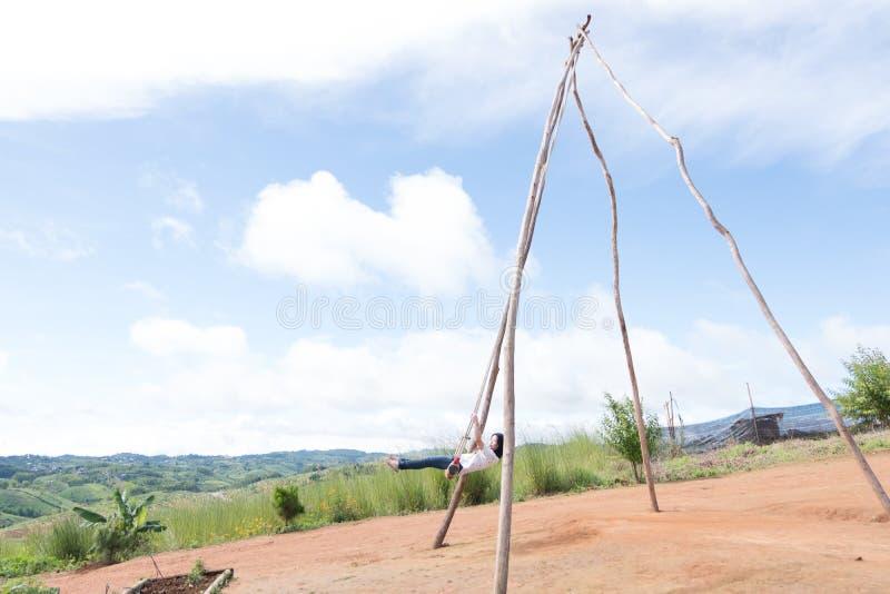 La femmina tailandese era giocare di legno le oscillazioni a Khao Kho, Phetchabun, Tailandia fotografia stock libera da diritti