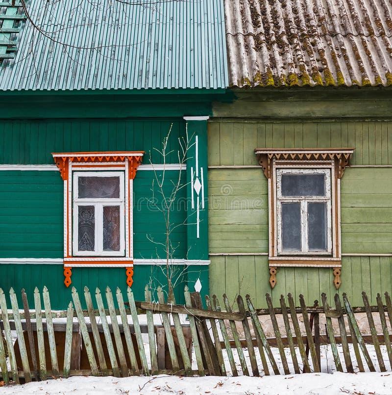 La fenêtre avec l'architrave découpée en bois dans la maison image libre de droits