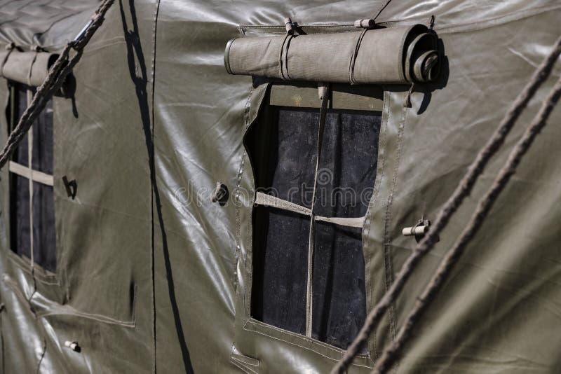 La fenêtre d'une tente militaire d'armée photos stock