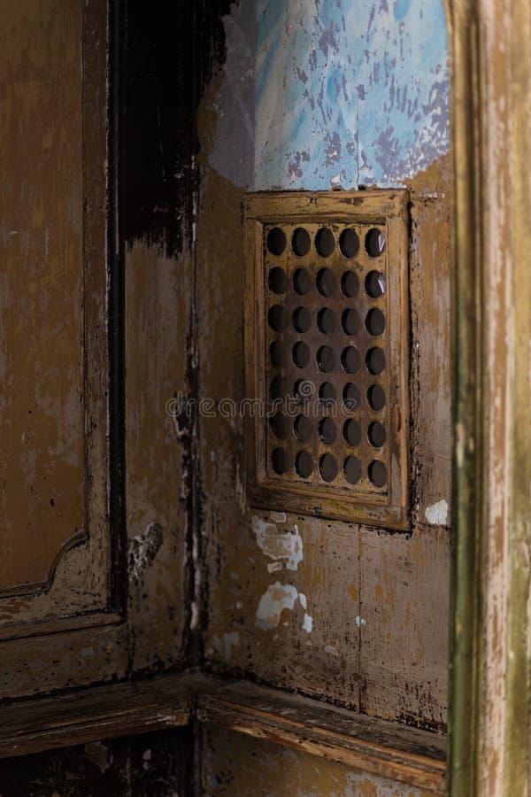 La fenêtre dans le confessionnal photos stock