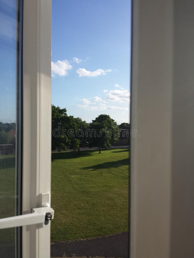 La fenêtre de chambre à coucher image stock