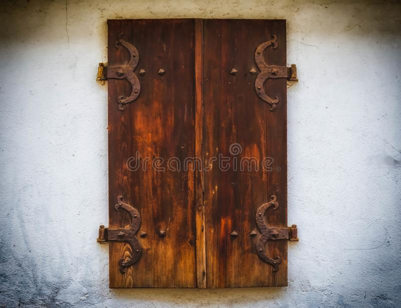 La fenêtre en bois de Brown shutters avec le vieux style en bois de fenêtre de vieux fond de mur en pierre photos libres de droits
