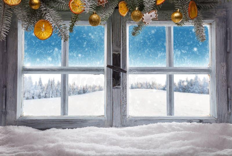 La fenêtre en bois de vintage donnent sur le paysage d'hiver photo stock