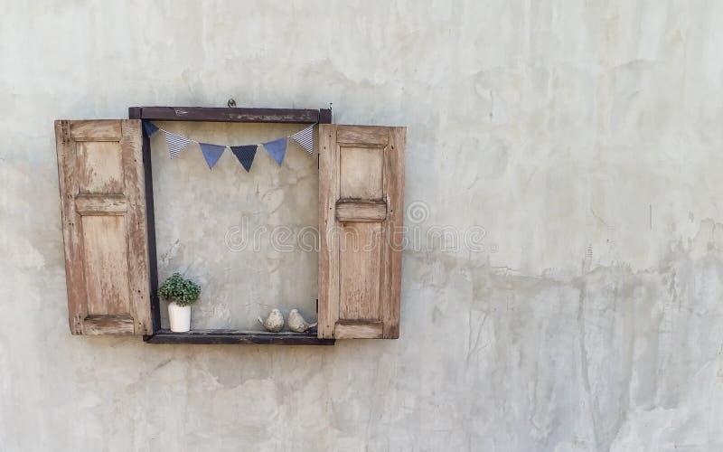 La fenêtre en bois ouverte décorent sur le vieux mur en béton qui regardent dans le style de vintage photo libre de droits