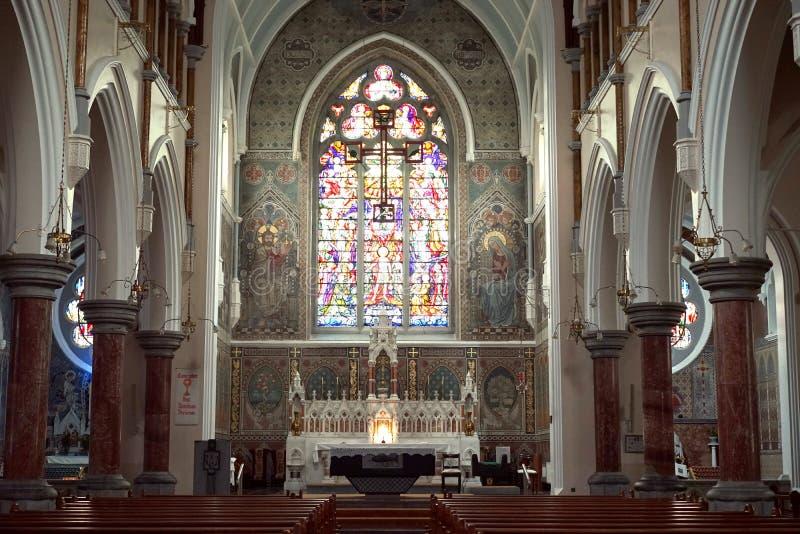 La fenêtre gothique de cathédrale offre la lumière au fidèle images libres de droits