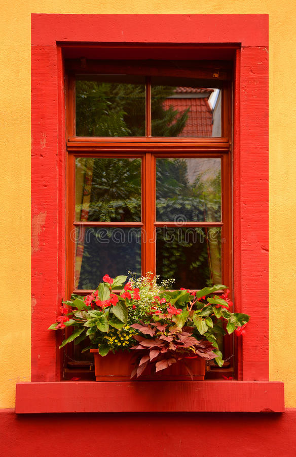 La fenêtre rouge photos stock