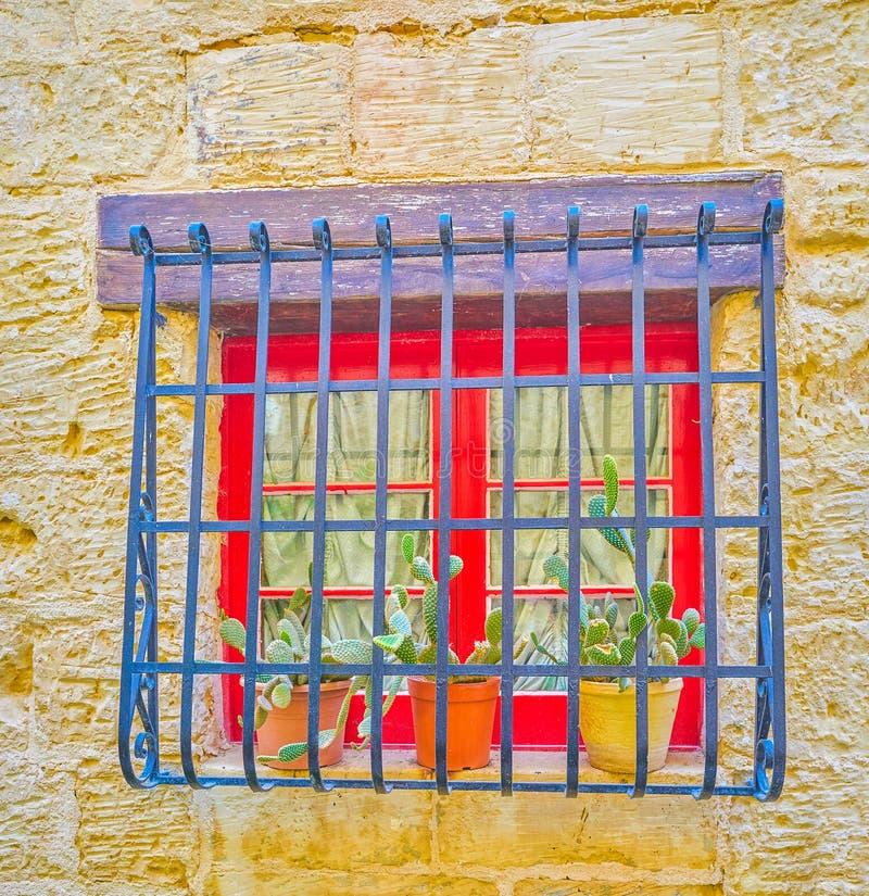La fenêtre rouge minuscule, Naxxar, Malte image stock