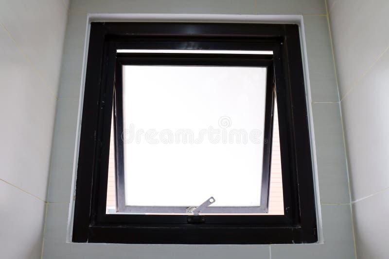 La fenêtre vieille s'ouvrent du centre de détention sur le mur photo stock
