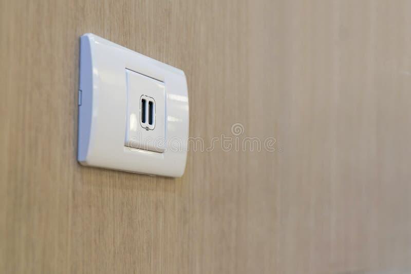La fente d'USB est fixée au mur pour le remplissage photo libre de droits
