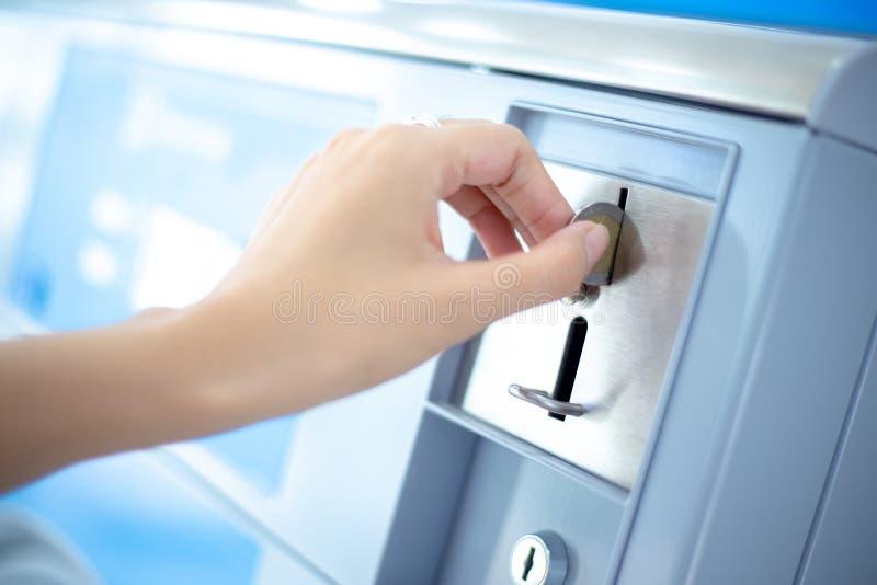 La fente de pièce de monnaie de distributeur automatique de blanchisserie de pièce de monnaie, inventent l'insertion à la main photos libres de droits