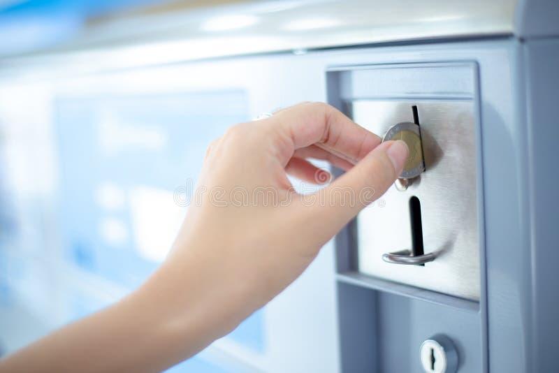 La fente de pièce de monnaie de distributeur automatique de blanchisserie de pièce de monnaie, inventent l'insertion à la main image libre de droits