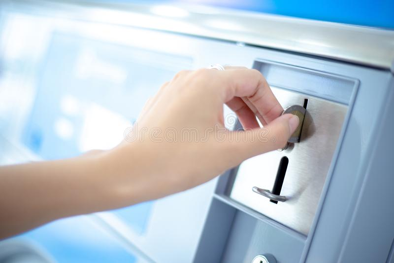 La fente de pièce de monnaie de distributeur automatique de blanchisserie de pièce de monnaie, inventent l'insertion à la main photographie stock libre de droits