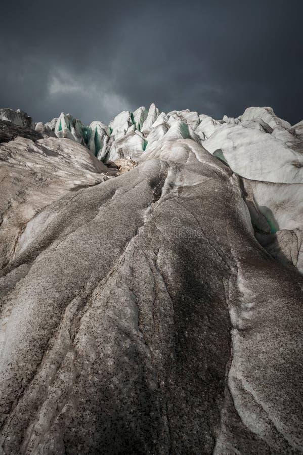 La fente en gros plan est une fente bleue profonde trouvée dans la feuille de glace et la boue noire sur le glacier Ciel grand-an photo libre de droits