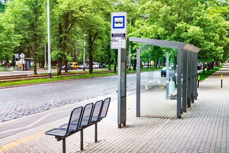 La fermata dell'autobus della città, svuota la fermata con i segni, trasporto pubblico fotografie stock