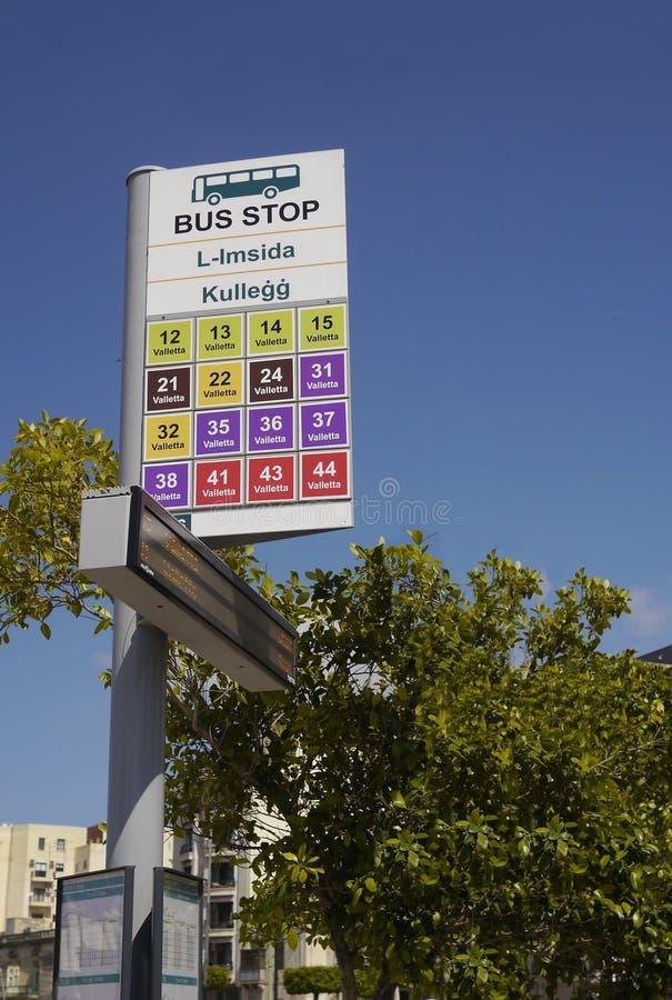 La fermata dell'autobus, Malta, tutti i bus va a La Valletta immagine stock libera da diritti