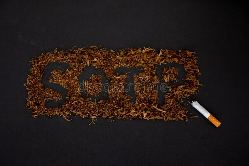 La fermata di parola che fuma su un fondo nero, smette di fumare immagini stock libere da diritti