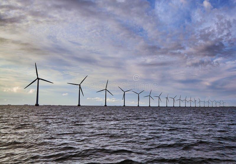 La ferme de générateur de turbines de vent pour viable renouvelable et changent photo libre de droits