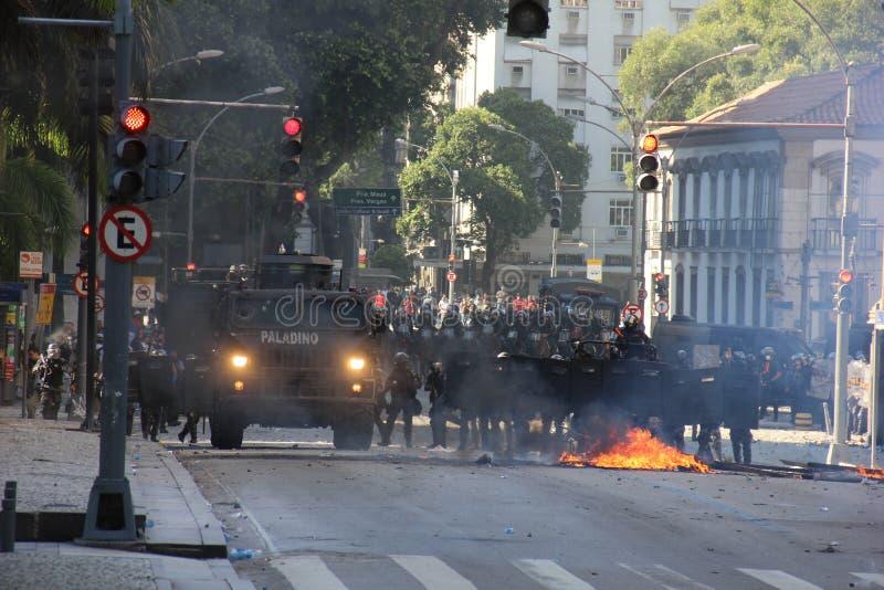 La ferocia della polizia è usata per contenere le proteste in Rio de Janeiro fotografia stock libera da diritti