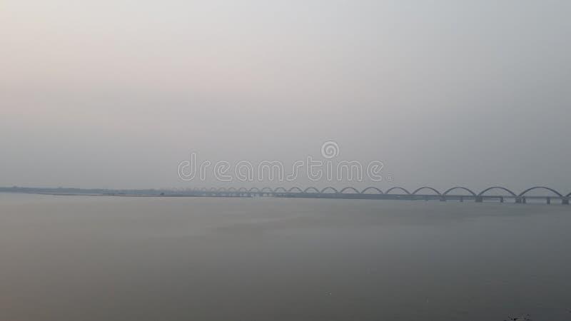 La ferrovia dell'Asia e ponte della strada più lunghi attraverso il fiume di Godavari in rajahmundry, India nella sera fotografia stock