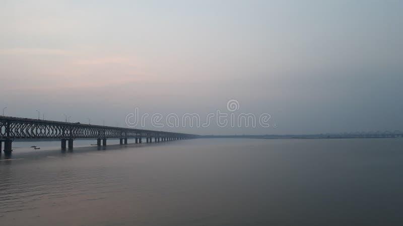 La ferrovia dell'Asia e ponte della strada più lunghi attraverso il fiume di Godavari in rajahmundry, India nella sera immagine stock