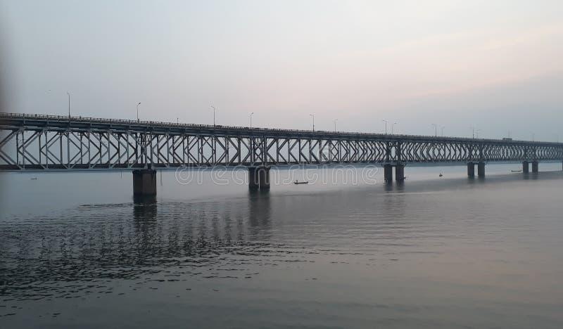 La ferrovia dell'Asia e ponte della strada più lunghi attraverso il fiume di Godavari in rajahmundry, India nella sera immagini stock libere da diritti