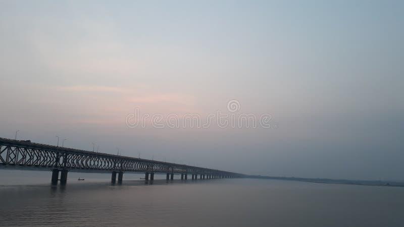 La ferrovia dell'Asia e ponte della strada più lunghi attraverso il fiume di Godavari in rajahmundry, India nella sera fotografie stock