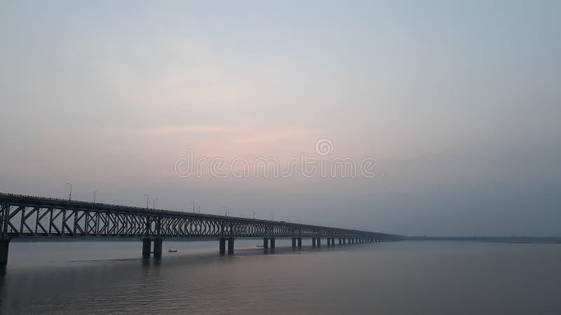 La ferrovia dell'Asia e ponte della strada più lunghi attraverso il fiume di Godavari in rajahmundry, India nella sera immagine stock libera da diritti