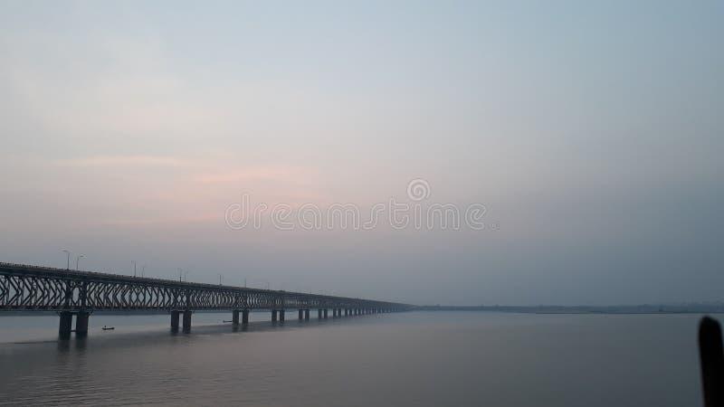 La ferrovia dell'Asia e ponte della strada più lunghi attraverso il fiume di Godavari in rajahmundry, India nella sera fotografia stock libera da diritti