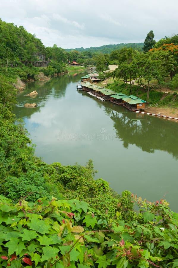 La ferrovia di morte della Tailandia-Birmania segue le inclinazioni del fiume Kwai vicino a Kanchanaburi, Tailandia fotografia stock libera da diritti