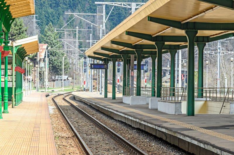 La ferrovia nella stazione ferroviaria, insegne luminose si chiude su fotografie stock