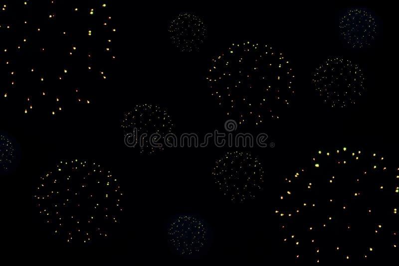 La festa accende i fuochi d'artificio nel cielo nero alla notte, fotografia stock