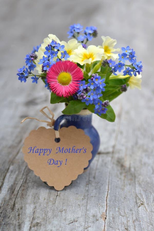 La festa della mamma felice su un'etichetta con la molla fiorisce fotografia stock libera da diritti