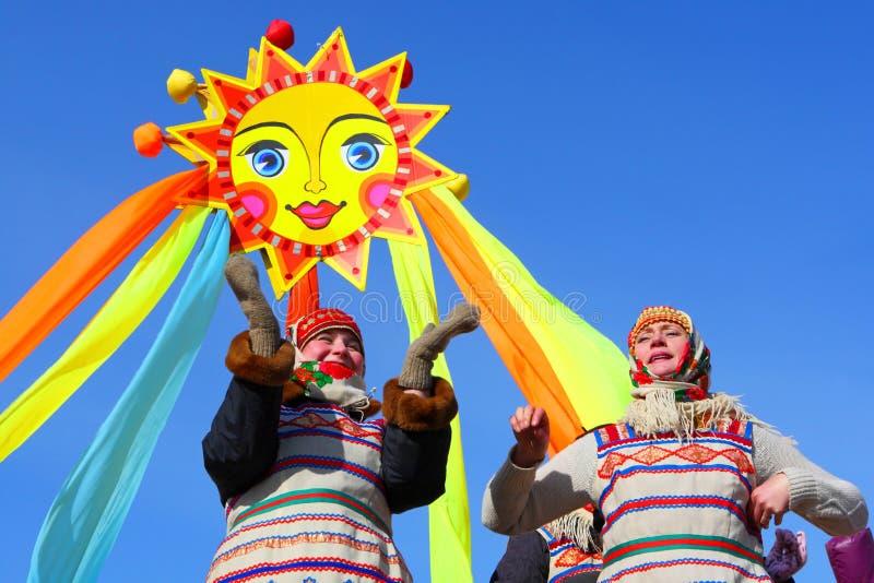 La festa nazionale russa tradizionale votata al termine dell'inverno: Maslenitsa festeggiamenti Marzo 17,2013 Gatcina, fotografia stock